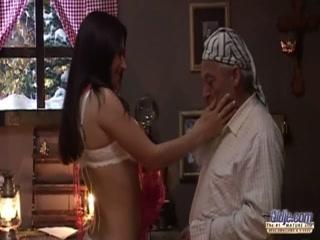 Дедушка ебет молодую девушку в пизду, пока она спит на диване - порно для дрочки