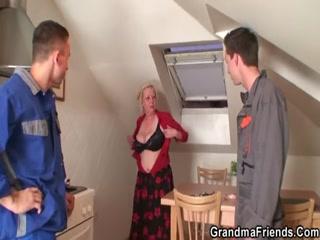 Толстая зрелая блондинка ебется со своими молодыми друзьями дома в пизду