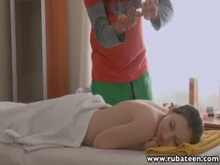 Порно видео массажа с красивой девушкой и ее парнем в кабинете