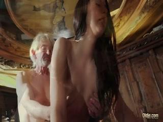 Дедушка трахает молодую русскую девушку с красивой грудью
