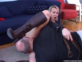 Зрелую блондинку ебут в пизду