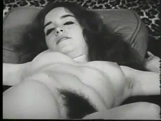Секс с молоденькой девушкой на белом диване, где она позирует и мастурбировала